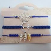 Conjunto de 3 pulseras ajustables de hilo azul oscuro flúor con adornos de metal y caracolas.