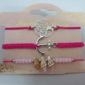 Conjunto de 3 pulseras ajustables de hilo fucsia flúor con adornos de metal y caracolas.