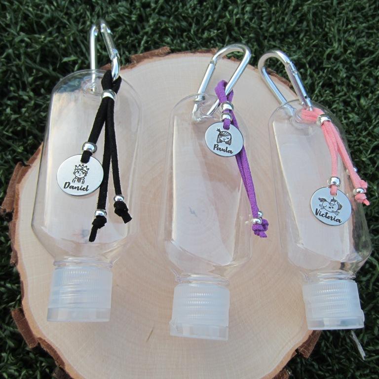 PERSONALIZADO. Kit de  montaje botella de plástico transparente 50ml con mosquetón plateado. (No incluye gel) Plazo 2-4 días