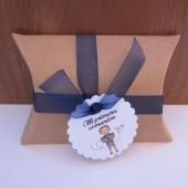 Kit de montaje cajita en forma de petaca papel Kraft (9x6,7x2,5cm) + tarjeta niño primera comunión + cinta de organza azul