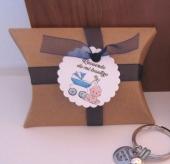 Kit de montaje cajita en forma de petaca papel Kraft (9x6,7x2,5cm) + tarjeta niño bautizo + cinta de organza azul