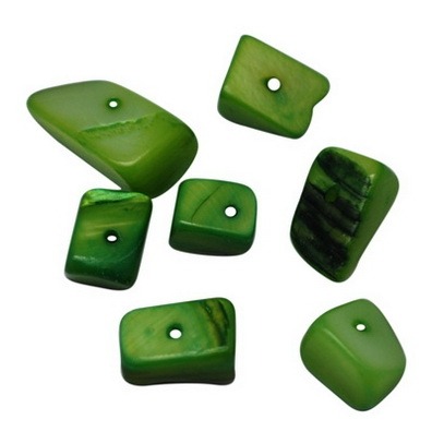 20 Unidades. Chips Nacar teñido verde 8~17mm de largo x 4~6 de grosor. Agujero 1,5mm