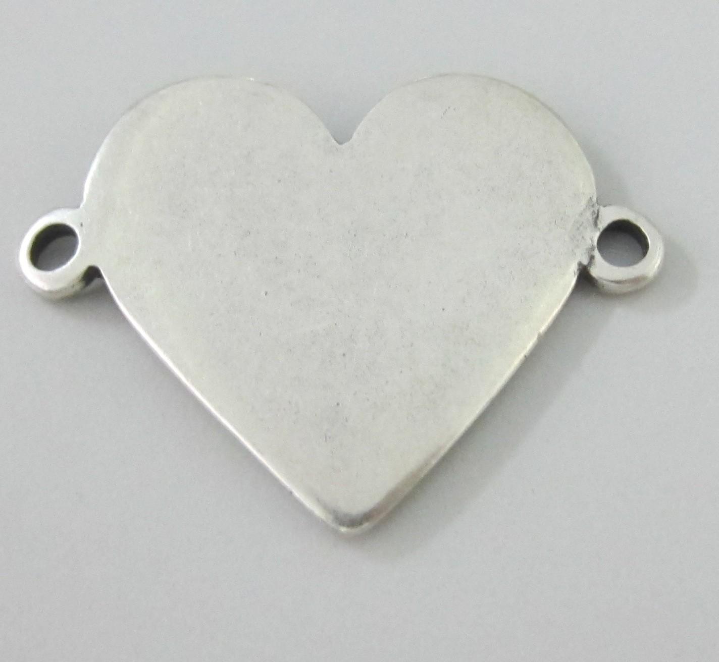 PERSONALIZABLE. Conector corazón 38x19mm. Pase 2,8mm. Zamak baño de plata.