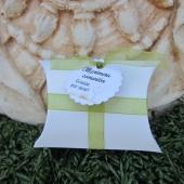 Cajita en forma de petaca blanca 6.4x9x2.5cm. Con cinta organza verde y etiqueta comunión caliz