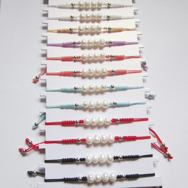 Pack 12 pulseras de hilo ajustable con perla cultivada 6-7mm y bolas plateadas acrílicas. Mix colores
