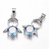 Colgante angelito latón con adorno cristal azul  20x14x5mm. Agujero 4x5mm.
