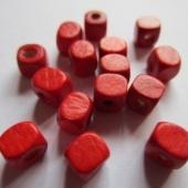 30 unidades. Cubo madera rojo 5x5mm. Pase 1,5-2mm