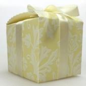Caja regalo amarillo pastel con lazo a juego 6x6x5cm.