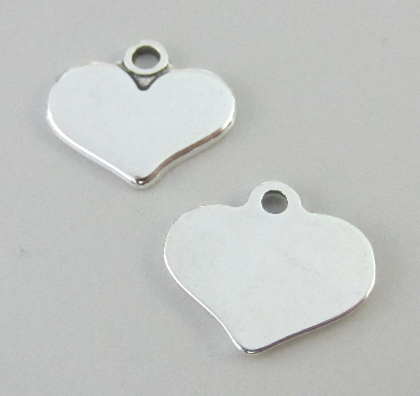 PERSONALIZABLE. Corazón Zamak 15x16mm. Agujero 1,5mm. Baño de plata
