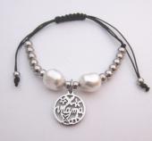 Pulsera de hilo macrame ajustable acero inoxidable con perla acrílica blanca. MAMA