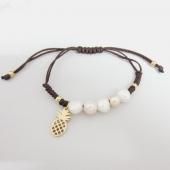 ACERO INOXIDABLE DORADO. Pulsera de hilo marrón ajustable con perlas de río y adorno piña.