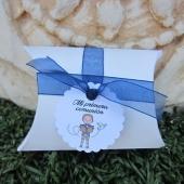 Cajita en forma de petaca blanca 6.4x9x2.5cm. Con cinta organza azul y etiqueta comunión niño