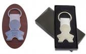 Plazo 10 días. Llavero comunión niño metal y polipiel blanco. 6x3,5mm. con nombre grabado a laser. Incluye caja negra