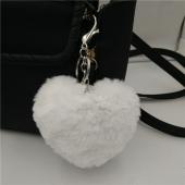 Ponpon llavero corazón blanco 7x6 cms. Argolla color plateada