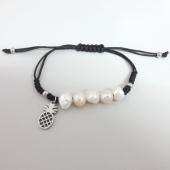 ACERO INOXIDABLE. Pulsera de hilo negro ajustable con perlas de río y adorno piña.