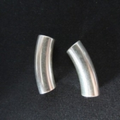 Abalorio zamak tubo curbo 25x7,5mm. Pase 5mm.