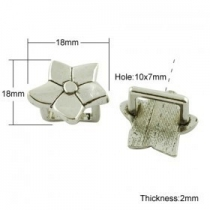 1 Unidad. Abalorio regaliz flor plata vieja 18x18x2mm. Pase 10x7mm