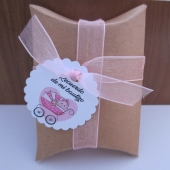 Kit de montaje cajita en forma de petaca papel Kraft (9x6,7x2,5cm) + tarjeta niña bautizo + cinta de organza rosa