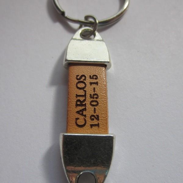 Kit de montaje llavero metal mi primera comunion con el nombre y fecha grabado en el cuero. 2-4 días laborables(se entrega sin montar)