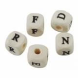 Abalorios letras cubo 10x10 natural
