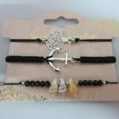 Conjunto de 3 pulseras ajustables de hilo negro con adornos de metal y caracolas.