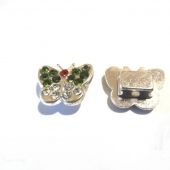 Abalorios metálicos mariposa con strass verde olivine y blanco 14x10x5mm. Pase 1,5mm